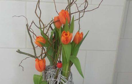 Composition Sauvageon fleurs orange et vert D Fleurs Fontenay-le-Comte Vendee