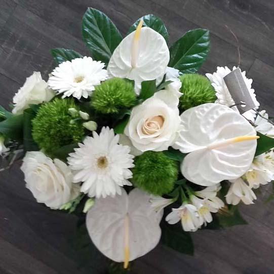 Bouquet blanc et vert créé pour un mariage par D'Fleurs, fleuriste à Fontenay-le-Comte en Vendee